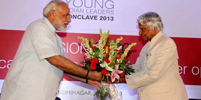 APJ-Abdul-kalam-recieving-award-from-PM-Narendra-Modi